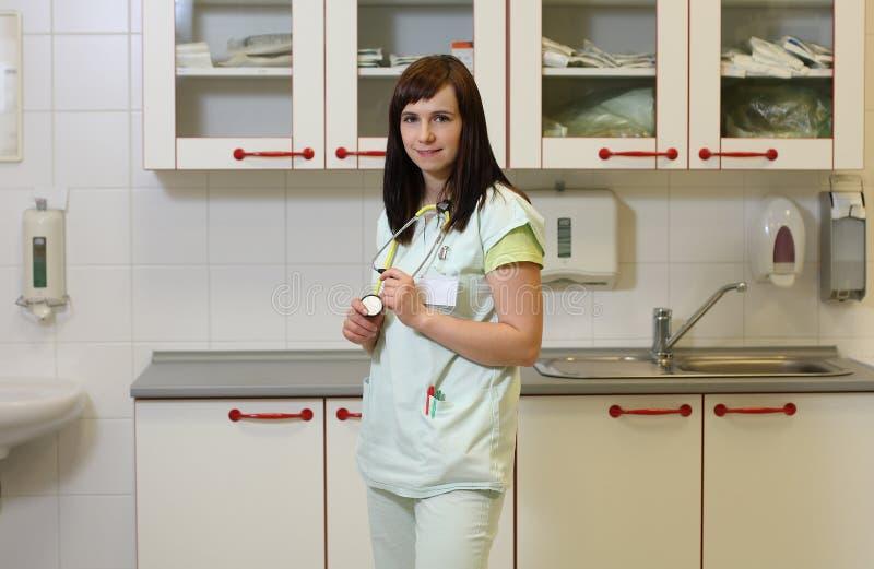 Enfermera de sexo femenino del retrato en ICU en uniforme del verde imágenes de archivo libres de regalías