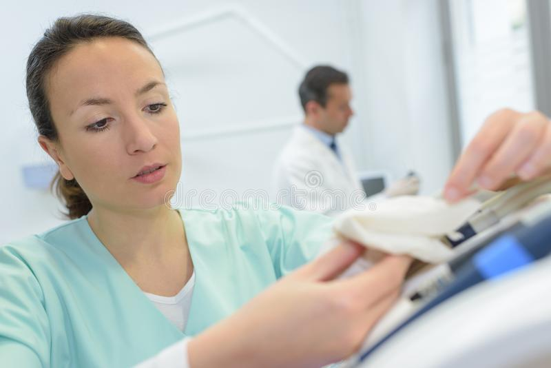 Enfermera de sexo femenino que prepara la inyección con la jeringuilla en hospital fotografía de archivo