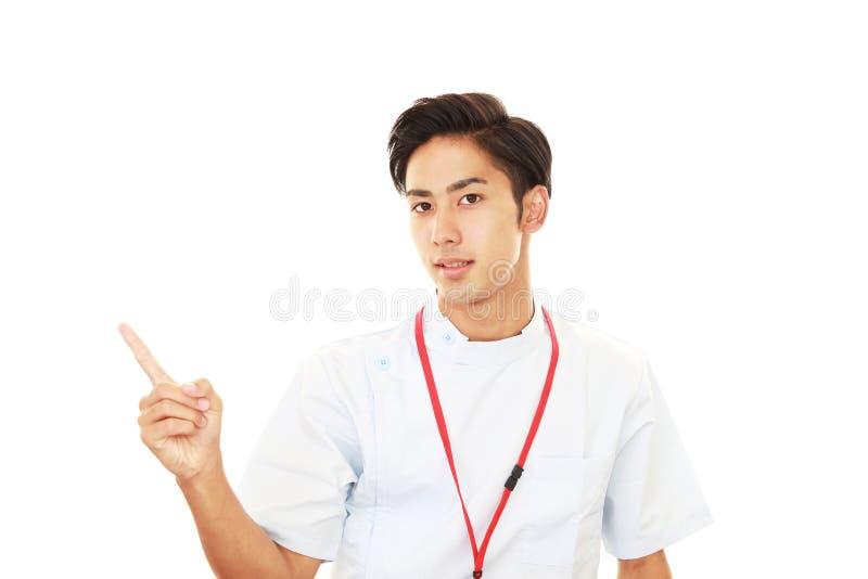 Enfermera de sexo masculino sonriente foto de archivo libre de regalías
