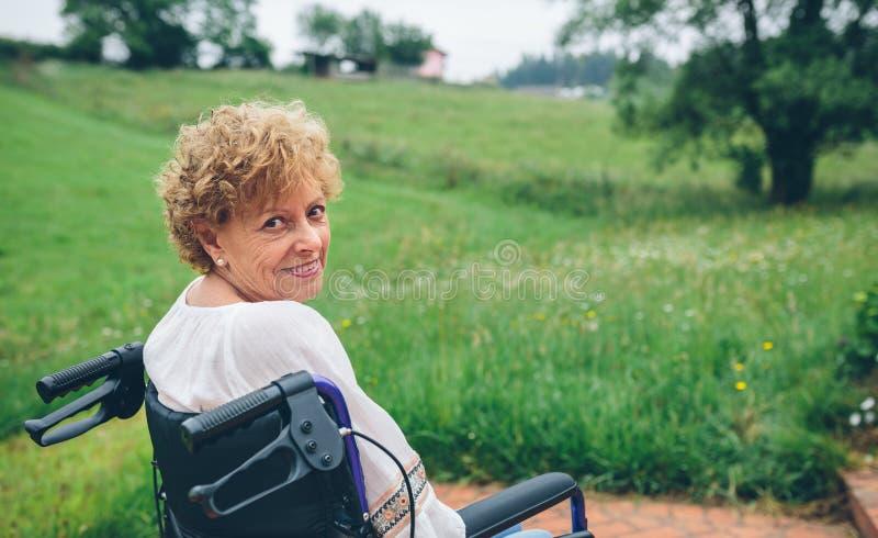 Enfermera de sexo masculino y mujer mayor fotografía de archivo libre de regalías