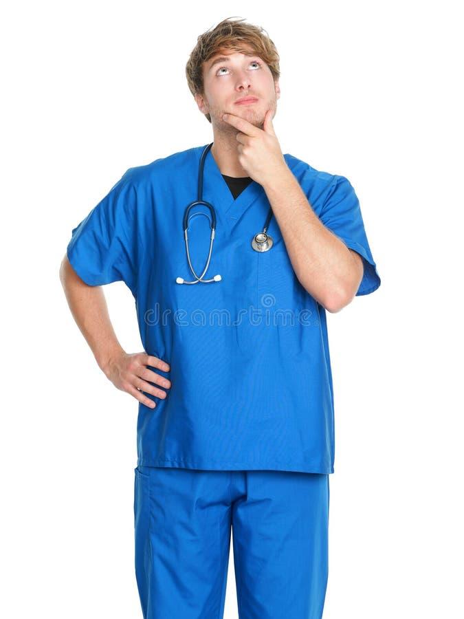 Enfermera/doctor de sexo masculino que piensa - el hombre adentro friega foto de archivo libre de regalías