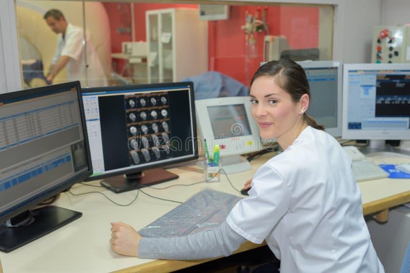 Enfermera en el mostrador de recepción en hospital imagenes de archivo
