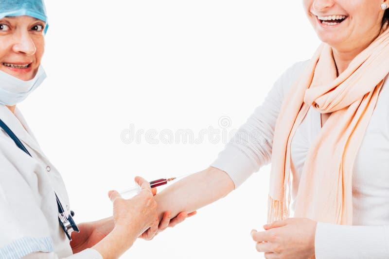 Enfermera Giving Patient una inyección fotos de archivo