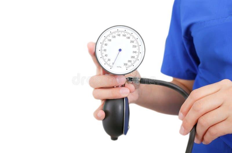 Enfermera lista a la medición de la presión arterial imágenes de archivo libres de regalías