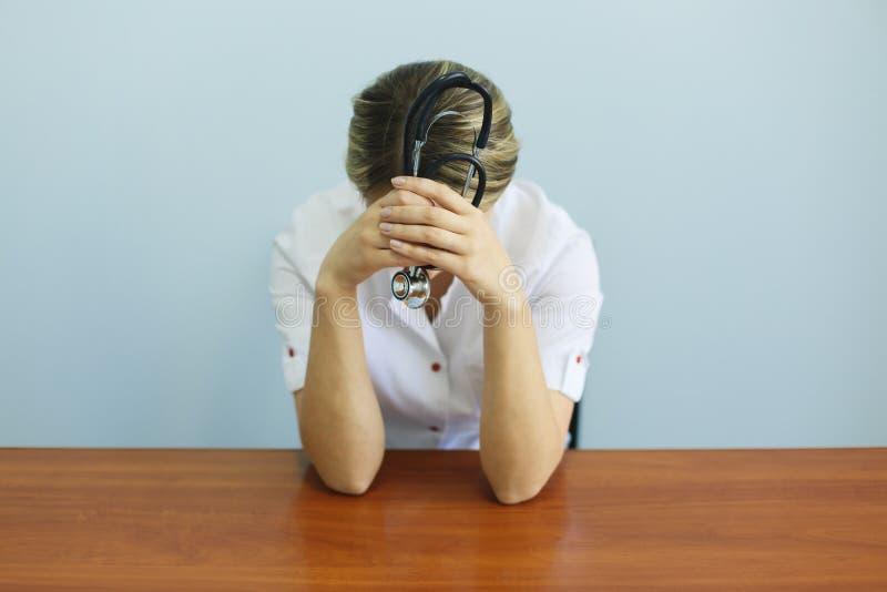 Llorando descontenta enfermera médica disgustada. Médico triste y deprimido con crisis de estrés fotografía de archivo libre de regalías