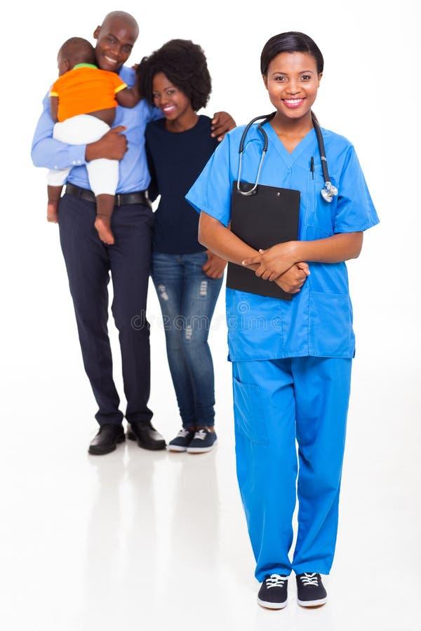 Familia del africano de la enfermera imágenes de archivo libres de regalías