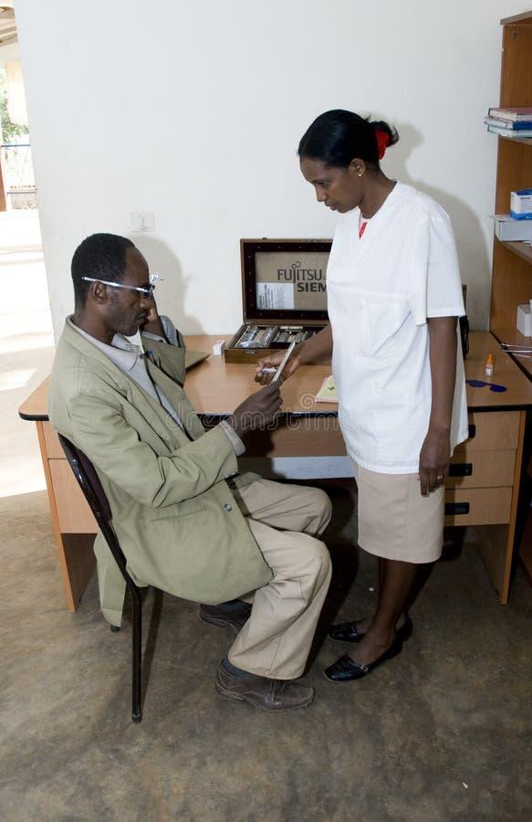 Enfermera oftálmica que trata a un paciente fotografía de archivo