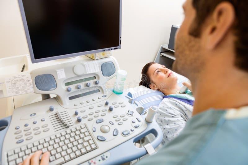 Enfermera Performing Ultrasound Procedure imagenes de archivo