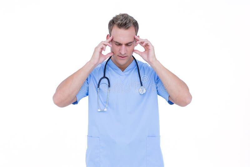Enfermera preocupante de los jóvenes en túnica azul fotos de archivo libres de regalías