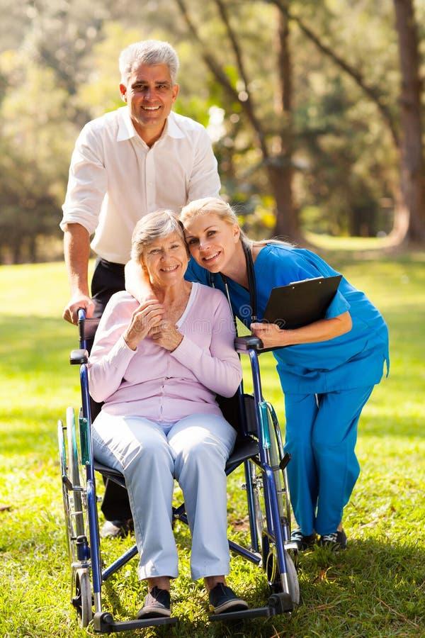 Enfermera que abraza al paciente imágenes de archivo libres de regalías
