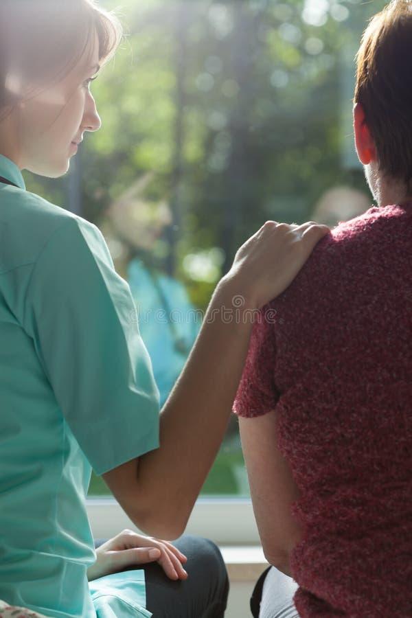 Enfermera que ayuda a la mujer adulta imágenes de archivo libres de regalías