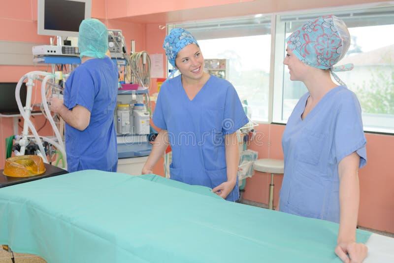 Enfermera que charla mientras que prepara el teatro fotografía de archivo