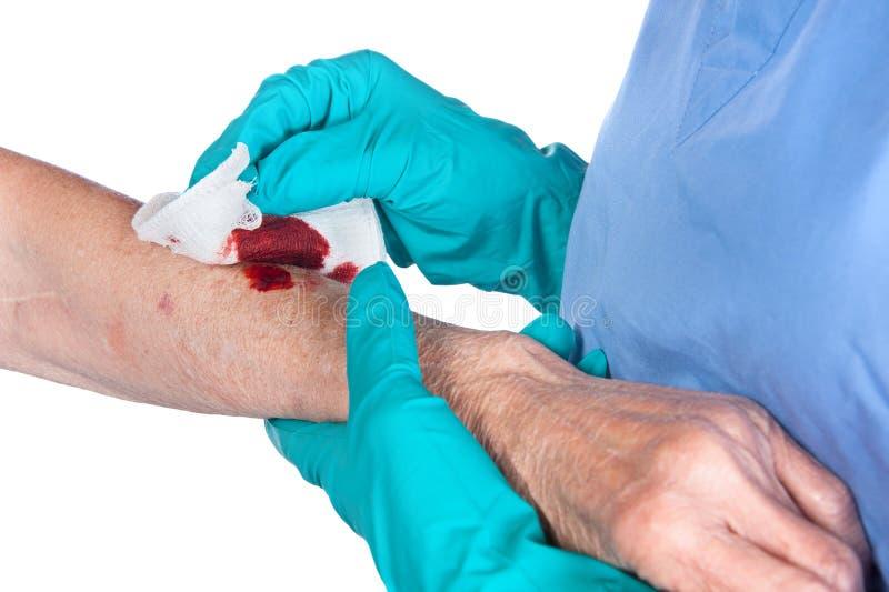 Enfermera que cuida para la herida imagen de archivo