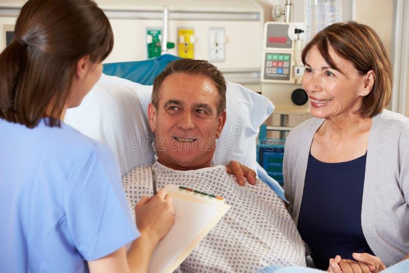 Enfermera que habla con los pares en sala fotografía de archivo libre de regalías