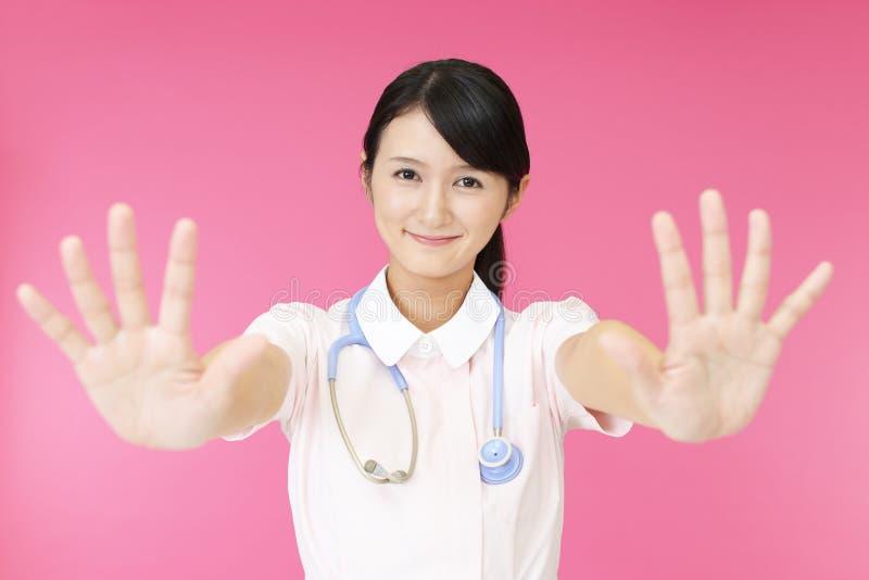 Enfermera que hace la muestra de la parada fotografía de archivo libre de regalías