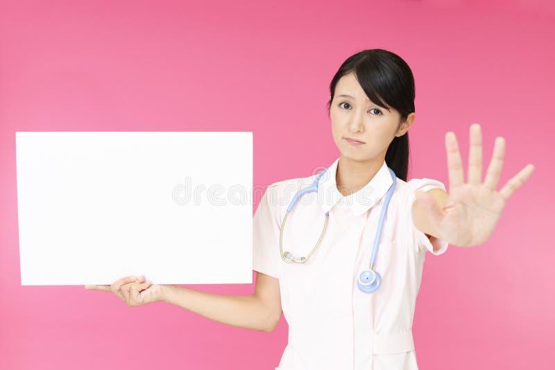 Enfermera que hace la muestra de la parada fotos de archivo