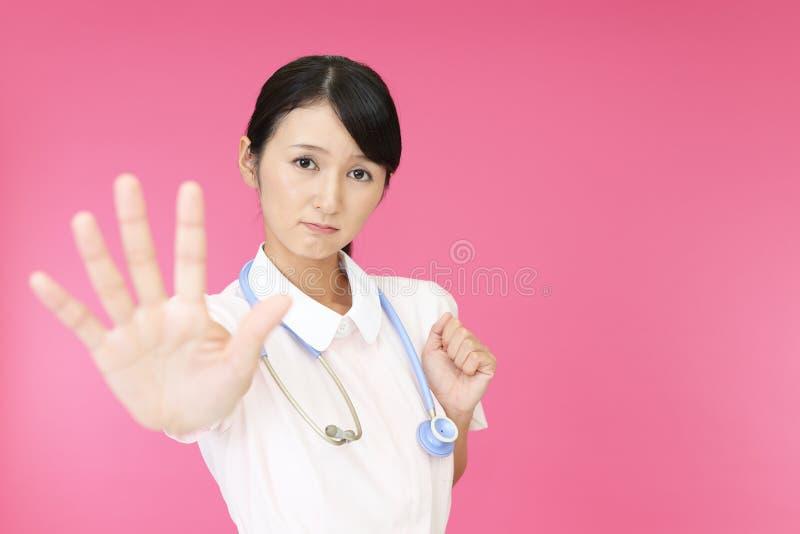 Enfermera que hace la muestra de la parada imagen de archivo