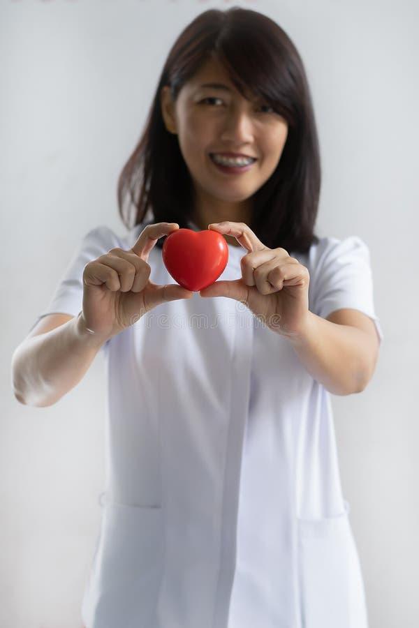 Enfermera que muestra el modelo del corazón en hospital foto de archivo libre de regalías