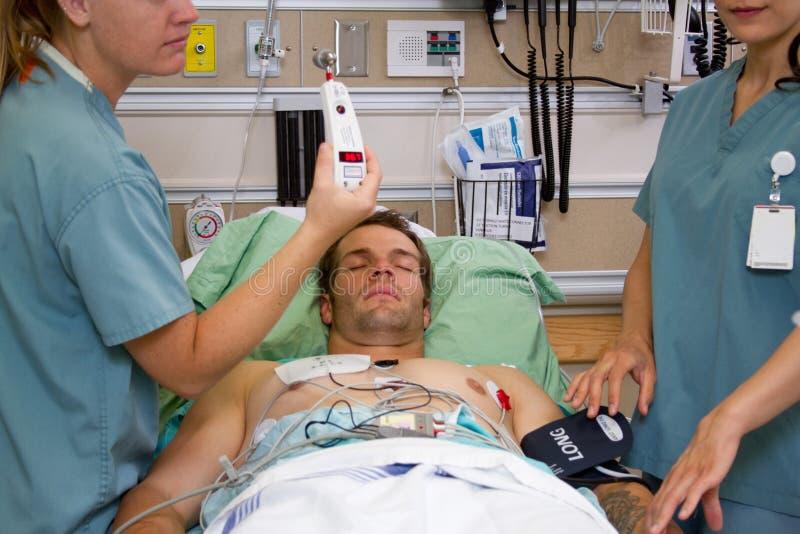 Enfermera que muestra temperatura paciente imagen de archivo