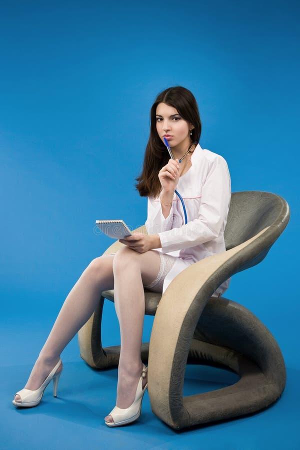 Enfermera que se sienta en una silla fotos de archivo libres de regalías