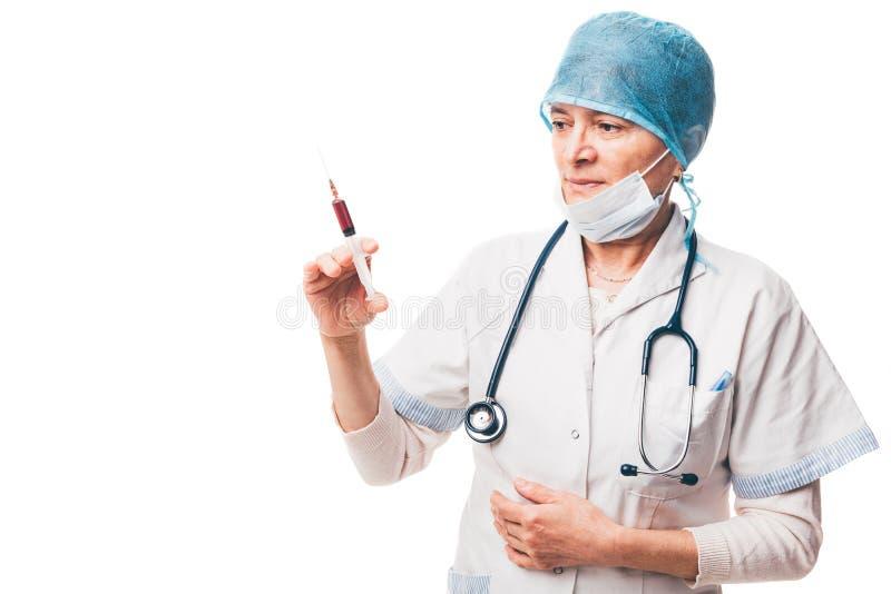 Enfermera que sostiene la jeringuilla con el suero coloreado imágenes de archivo libres de regalías