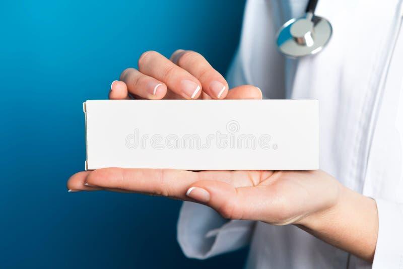 Enfermera que sostiene un paquete de la medicina fotografía de archivo libre de regalías