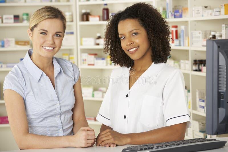 Enfermera que trabaja en el ordenador en farmacia imagen de archivo libre de regalías