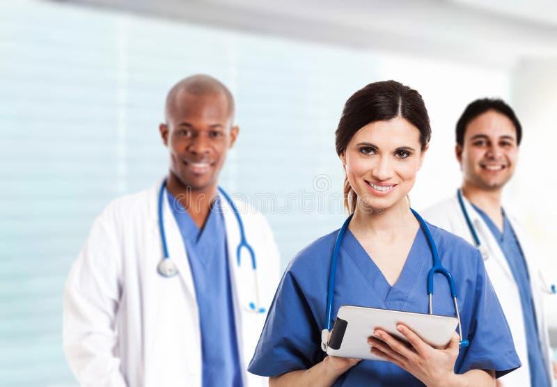 Enfermera que usa una tableta digital fotos de archivo