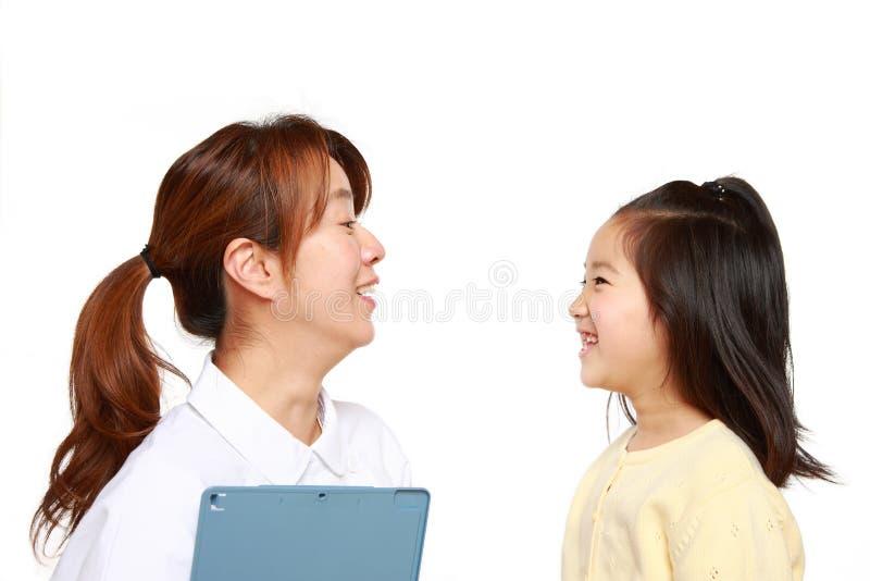 Enfermera Talks To un paciente del niño imagenes de archivo