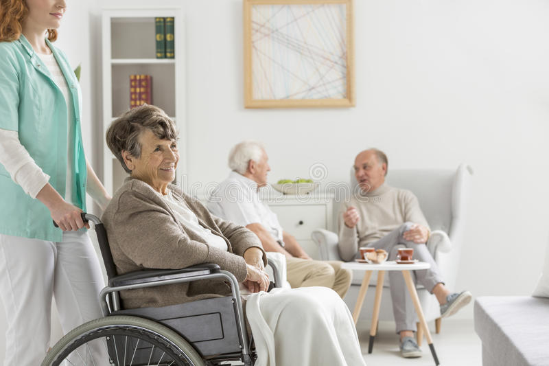 Enfermera y mujer discapacitada imagen de archivo