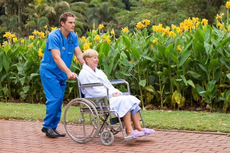 Enfermera y paciente masculinos fotos de archivo libres de regalías