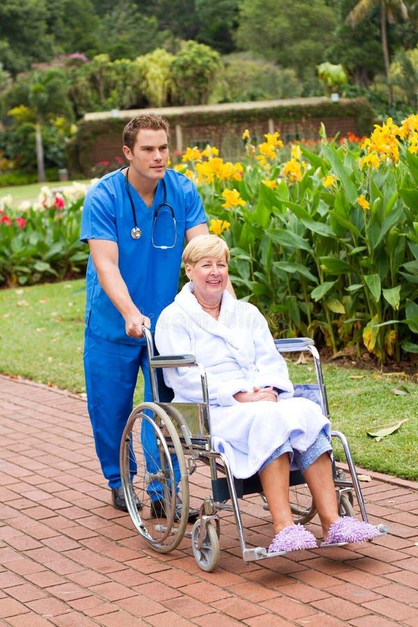 Enfermera y paciente masculinos foto de archivo libre de regalías