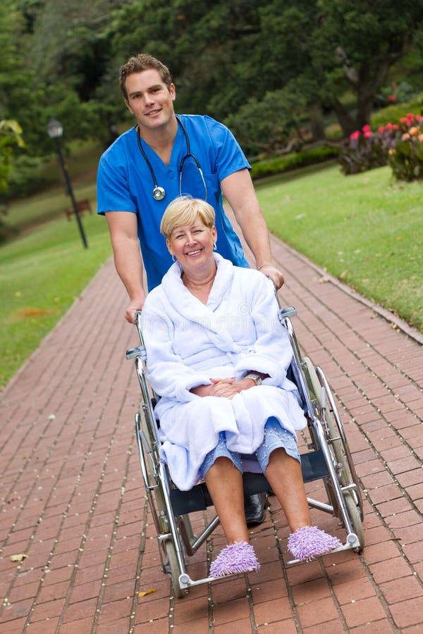 Enfermera y paciente masculinos foto de archivo