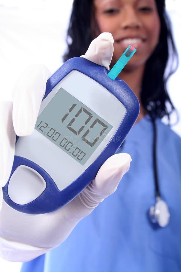 Enfermera y un palillo diabético del dedo fotografía de archivo