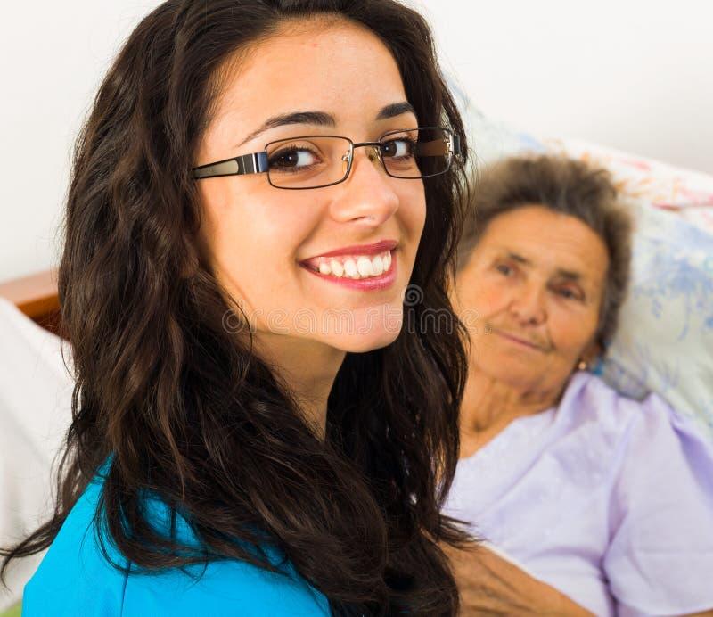 Enfermeras útiles con los pacientes imagen de archivo libre de regalías