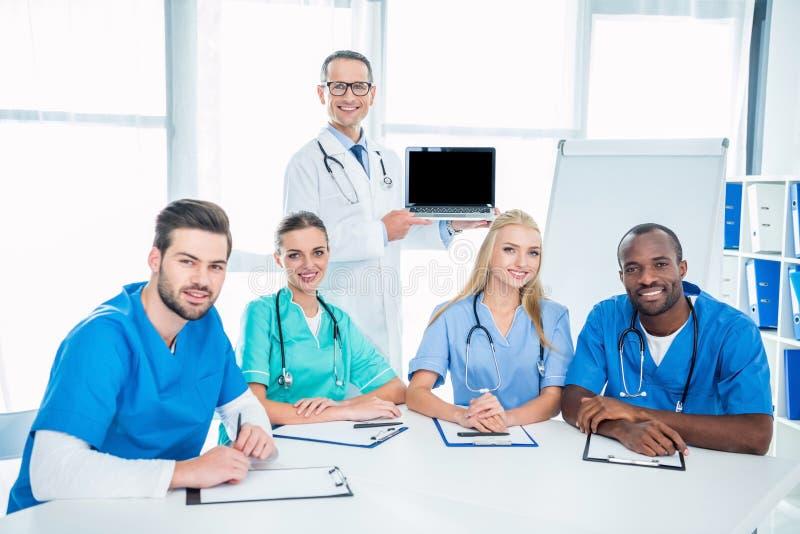Enfermeras e internista con el ordenador portátil imagen de archivo libre de regalías