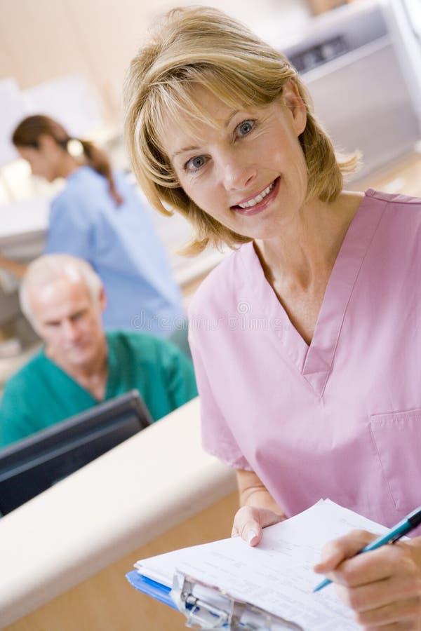 Enfermeras en el área de recepción de un hospital imagen de archivo libre de regalías