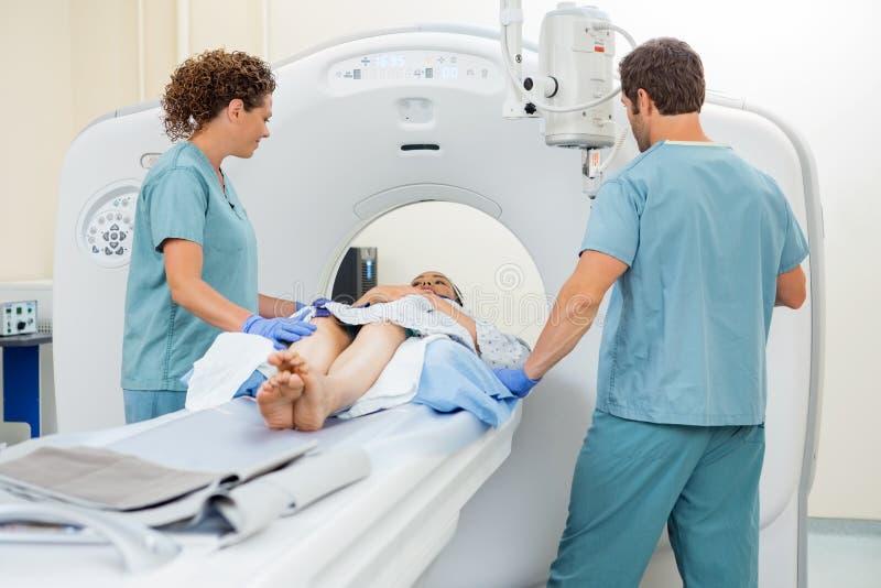 Enfermeras que preparan al paciente para la exploración del CT fotos de archivo libres de regalías