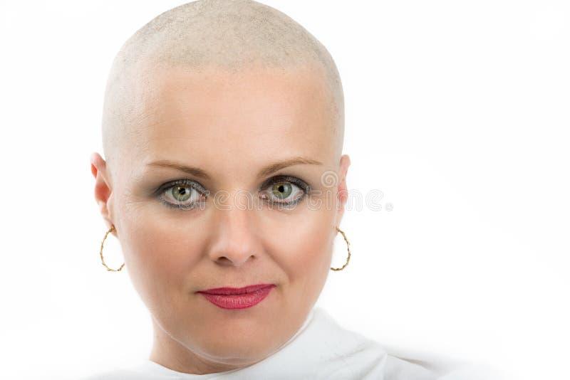 Enfermo de cáncer hermoso de la mujer de la Edad Media sin el pelo fotografía de archivo