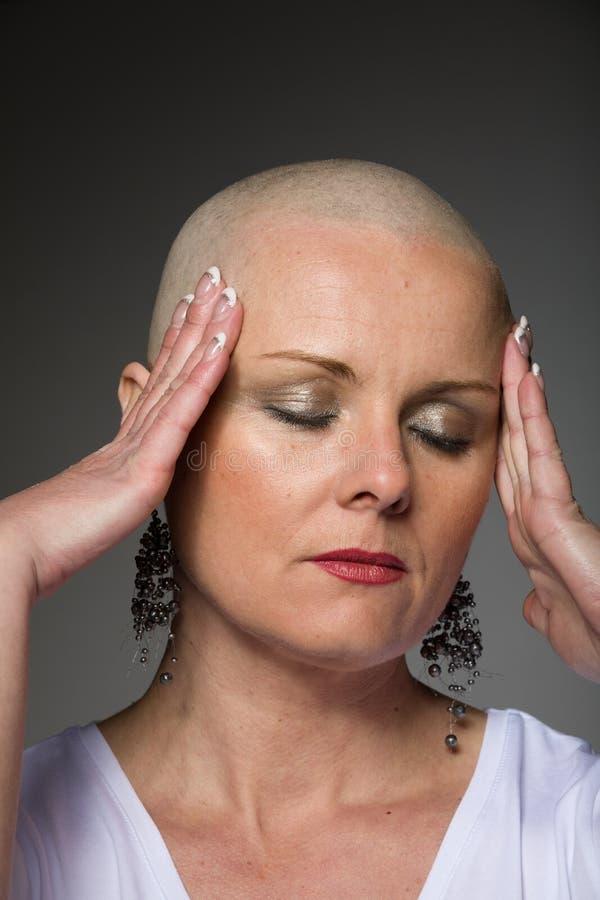 Enfermo de cáncer hermoso de la mujer sin el pelo imágenes de archivo libres de regalías