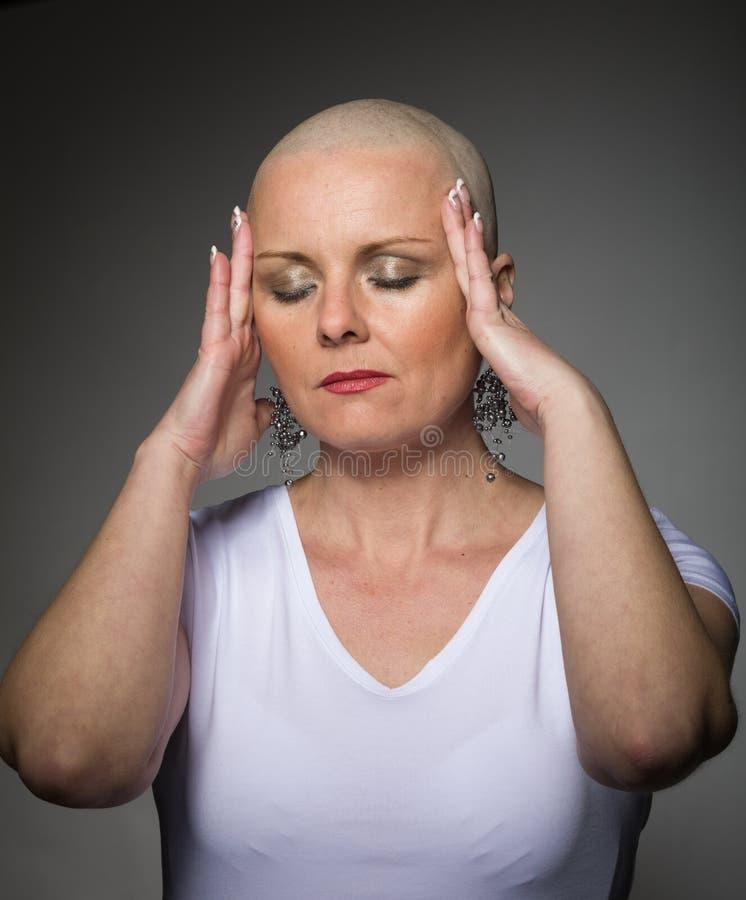 Enfermo de cáncer hermoso de la mujer sin el pelo imagen de archivo