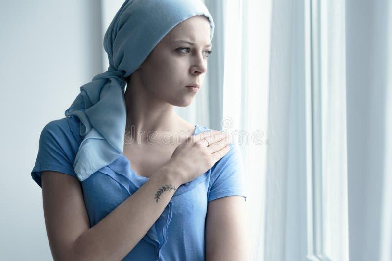 Enfermo de cáncer que sostiene el brazo foto de archivo libre de regalías