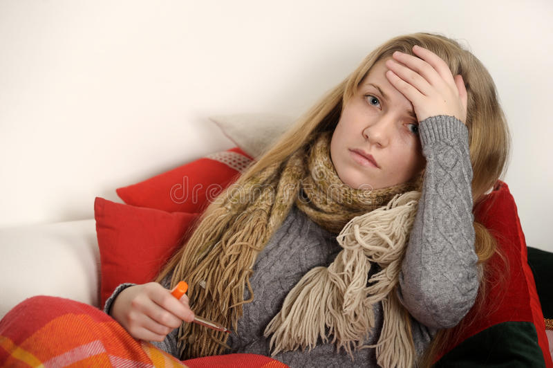 Enfermo de la muchacha con temperatura fotos de archivo libres de regalías