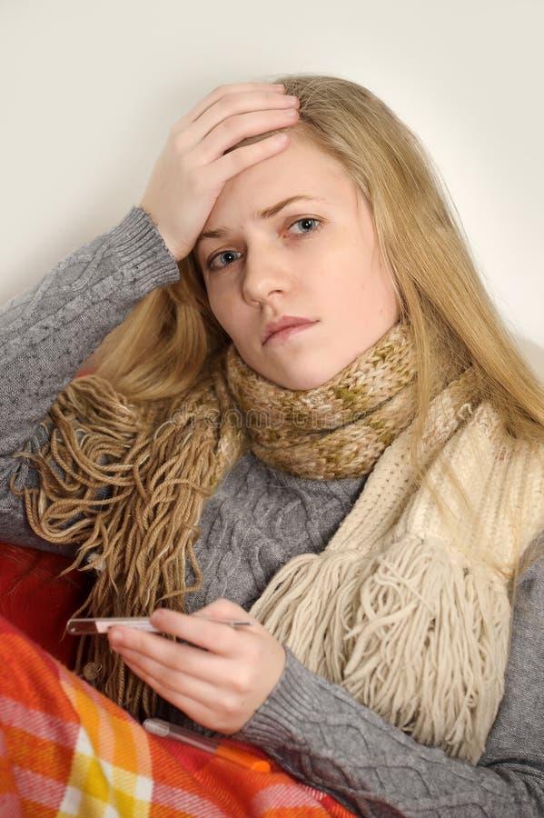 Enfermo de la muchacha con temperatura imágenes de archivo libres de regalías