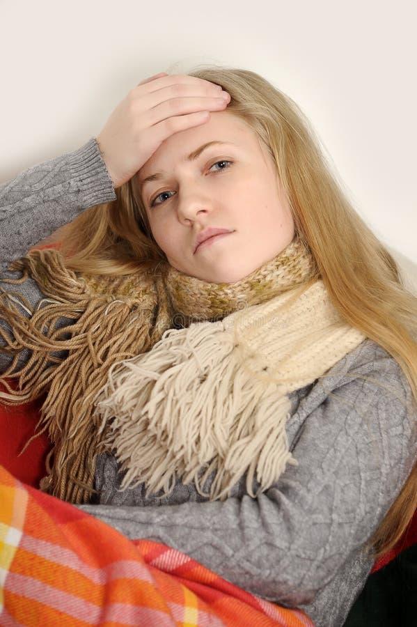 Enfermo de la muchacha con temperatura imagen de archivo