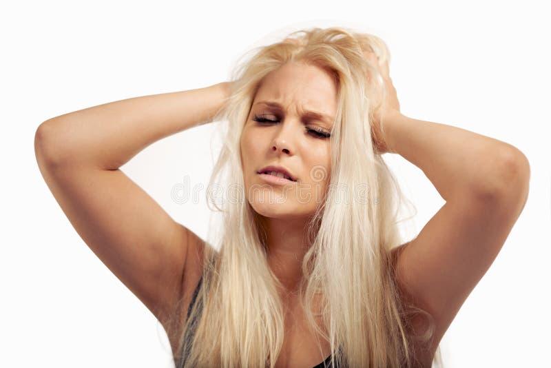 Enfermo de la mujer que frunce el ceño de demasiada presión imagenes de archivo