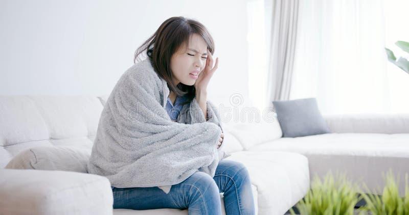 Enfermo de la mujer y dolor de cabeza de la sensación imagenes de archivo