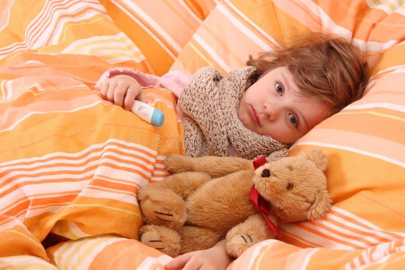 Enfermo de la niña en cama fotografía de archivo