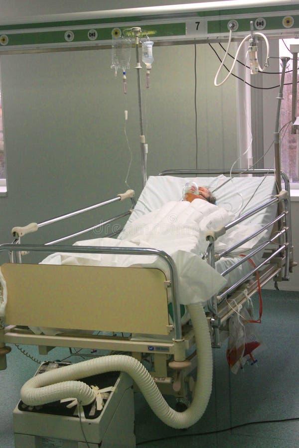 Enfermo mayor en ICU fotografía de archivo