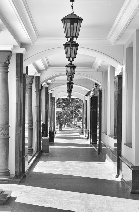 Enfilade kolumny i lampiony w coridor zdjęcia royalty free